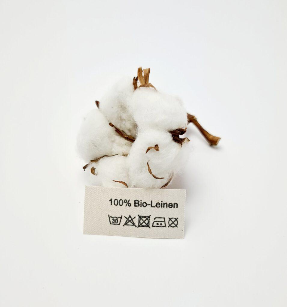 Textiletiketten aus Naturbaumwollband mit der Aufschrift 100% Bio-Leinen