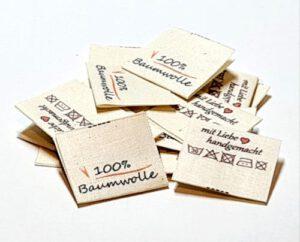 Textile Drucketiketten auf Naturbaumwolle, Öko-Tex zertifiziertes Band in naturfarben, mittig gefalten
